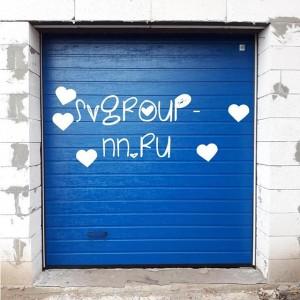 #ЦветнастроенияСиний 😃  Высокий тип монтажа☝🏻 умное решение для сохранения пространства! #свгруппнн #гаражныеворота #секционныеворотанн #откатныеворота #автоматикаалютех #alutech #лучшийвыборворот #купитеворота #нукупитеворота